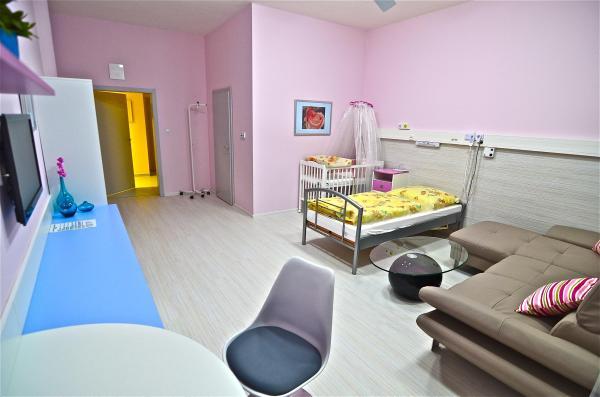 Oddelenie šestonedelia má sedem izieb, ktorých zariadenie pripomína domáce prostredie.