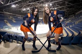 Bratislavčanka Kristína (23, vpravo) azástupkyňa východniarov Michaela (23, vľavo) dávajú do hry odvážnu stávku ato rovno na najbližšie 2 finálové zápasy, ktoré odohrajú HC SLOVAN sHC KOŠICE už 12. a13. apríla 2012.