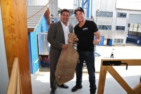 Jean Claude van Damme počas návštevy Hniezdneho na Spiši a Nestville Destillery v lete 2012.