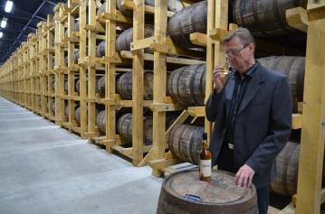 Majster destilácie Jaromír Dubay a vzácny dar pre vzácneho oslávenca.