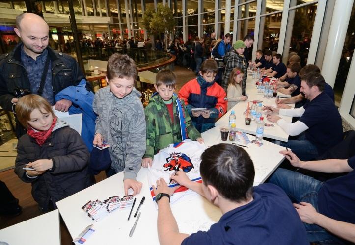 Na kartičky se stálo i dvě hodiny! Foto: HC LEV Praha / Pavel Vrtiška