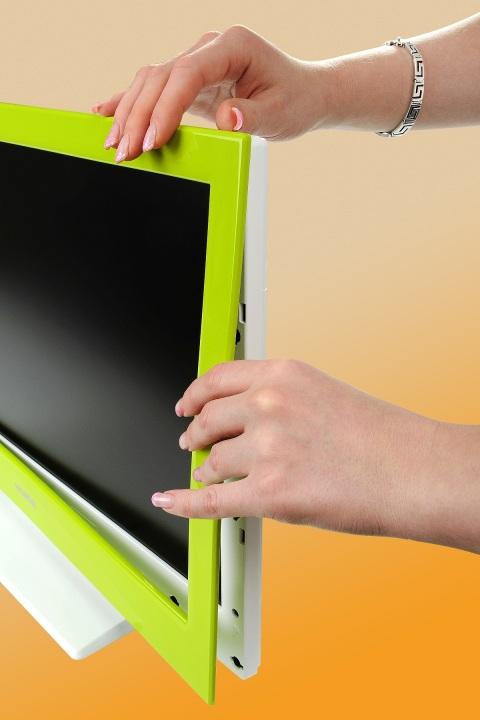 Hyundai Línie 945: Pribalenéfarebné rámiky na TV vymeníte jedným zacvaknutím.