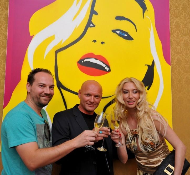 Večer bol spojený s dražbou obrazov  Václava Floriana. Zvečnil sexi modelky aj speváka Richarda Müllera.