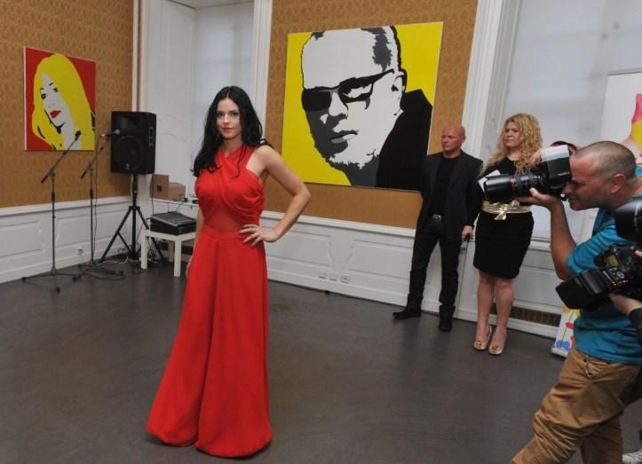 Namiesto profesionálnych modeliek sa na móle objavili v šatách návrhárky Zuzany Bottkovej manželky známych hokejistov - na fotografii Janka Radivojevič.