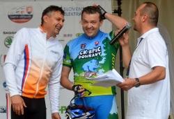 Regec, ktorý vyhral aj jednu etapu Pretekov mieru, prešiel cieľovou páskou na tandemovom bicykli spolu s poslancom NR SR Jaroslavom Baškom.