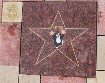 Vnučka výtvarníka Zdeňka Millera odhalila hviezdu animovanej postavičky Krtka na Chodníku slávy.