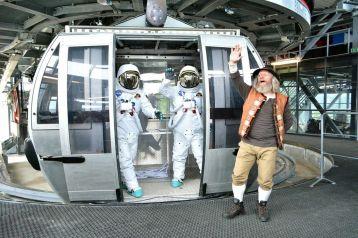 Do nadmorskej výšky 2 004 m.n.m vyviezli časovú kapsulu sodkazmi pre nasledujúce generácie. Počas svojej misie na Zemi ich sprevádzal aj známy Tatranec.