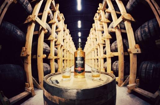 Prvá slovenská whisky zreje v štýlových priestoroch skladu, ktorý otvára priestor aj na príjemné posedenie s priateľmi.
