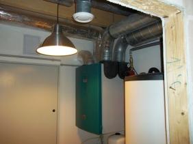 Paradoxom je, že táto tepelná pohoda si nevyžaduje príliš vysoké náklady. Všetky energie v dome sú riešené cez využitie tepelného čerpadla a systému chladenia cez rekuperáciu.