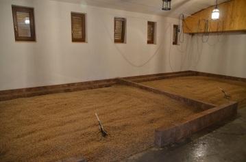Príprava a sušenie špeciálnej zmesi sladu. Slad vyrábajú vo vlastnej sladovni v Nestville Distillery.