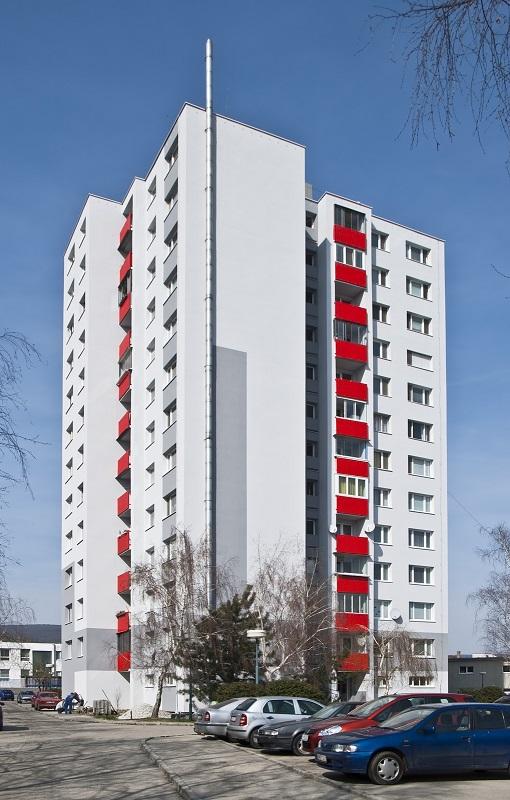 Zatepľovanie bytových domov sa v posledných rokoch po našom celom území veľmi rozmohlo. Táto momentálne najviac vykonávaná stavebná práca ročne ušetrí vlastníkom i nájomníkom niekoľko stoviek, či dokonca tisícok eur.