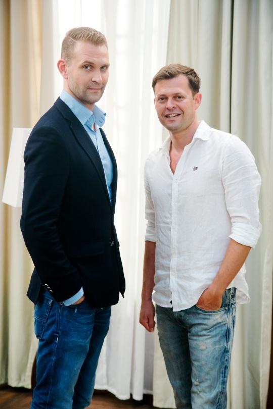 Seriál Chlapi neplačú je nabitý hereckými osobnosťami - kľúčové role nevlastných bratov stvárňujú Tomáš Maštalír a Alexander Bárta (vpravo).