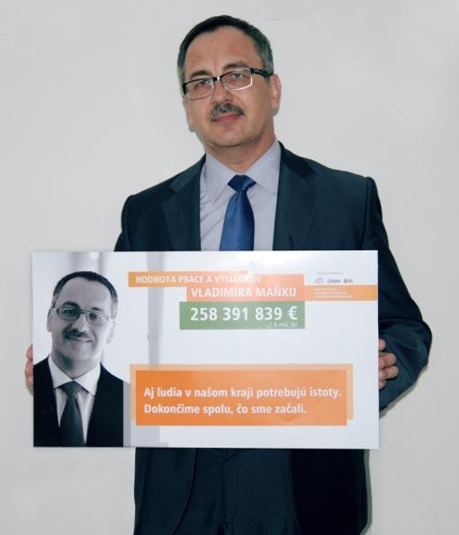 Župan Vladimír Maňka s návrhom predvolebných bilbordov, ktoré sa napokon v kampani neobjavia.