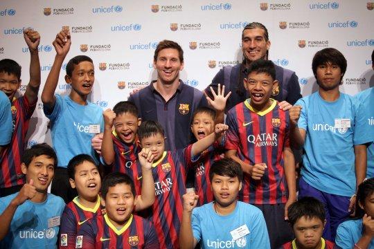 Hráči FC Barcelona Lionel Messi a José Manuel Pinto navštívilipočas prvého dňa ich ázijského turné v Bangkoku aj deti s mentálnym postihnutím. Akcia bola súčasťou projektu UNICEF Thajsko a mimovládnej organizácie Special Olympics Thailand.