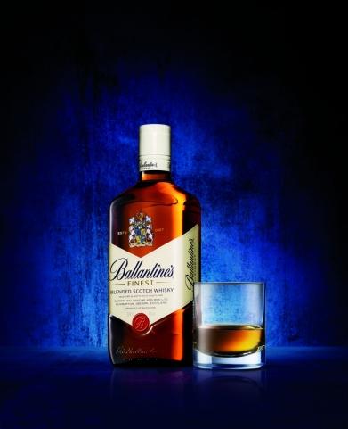 Slávna Ballantine's Finest sa milovníkom škótskej predstavuje v novej fľaši.