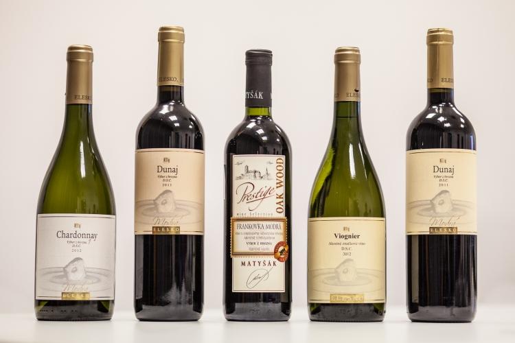 Zvíťazstva v kategórii suchých apolosuchých vín sa tento rok môže tešiť vinárstvo Elesko, ktoré si domov odnieslo zlatú aj striebornú medailu. Vínom roka 2013 sa vtejto kategórii stalo jeho Chardonnay 1, ročník 2012, sprívlastkom výber zhrozna, druhú priečku obsadilo sbarikovým červeným vínom Dunaj, ročník 2011, výber z hrozna. Bronzovú medialu porota udelila Frankovke modrej, ročník 2011, výber zhrozna zPrestige kolekcie vinárstva Víno Matyšák.