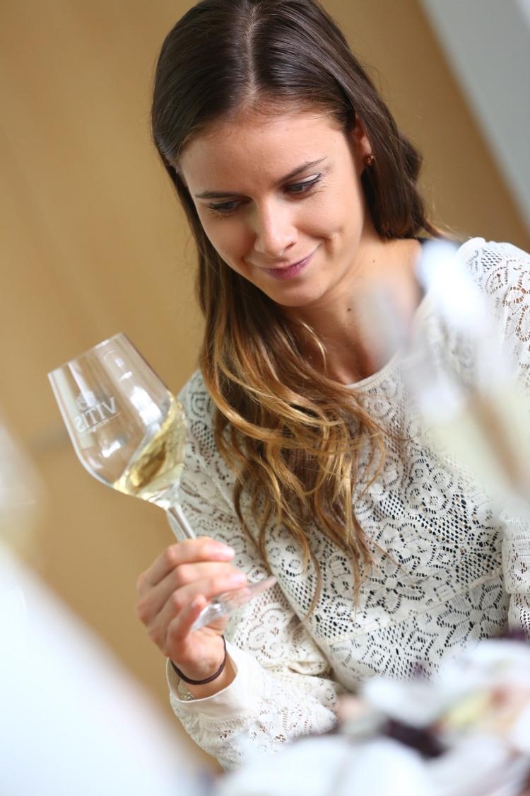 Každý správny milovník vína vie, že pohár sa drží za stopku. Avie to už aj Nela, ktorá hodnotila senzorické vlastnosti vína – najprv zakrúžila pohárom, aby sa uvoľnila jeho aróma.