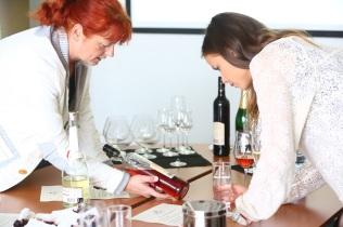 Ingrid Vajcziková, hlavná enologička spoločnosti HUBERT J.E. naučila Nelu, ako správne čítať etikety aposúdiť tak kvalitu vín.