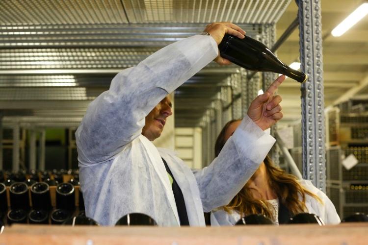 Striasanie fliaš si vyžaduje skutočnú dávku zručnosti. Používa sa pri klasickej metóde výroby sektov, rovnakej ako pri výrobe šampanského.