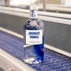 Švédska značka do odlievacej formy každej fľaše limitovanej edície Absolut Originality pridala kvapku kobaltovej modrej, ktorá sa pri teplote 1100°C spája sroztaveným sklom.