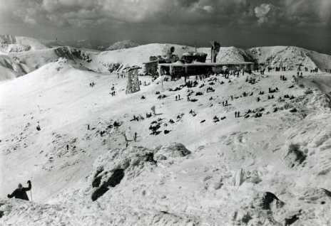 Cestujúci na lanovkách mali už v50. rokoch minulého storočia možnosť aj pri horšom počasí na Chopku prestupovať suchou nohou zdopravných zariadení zo severnej strany strediska na južnú anaopak.