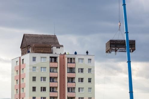 Tri pôvodné stodoly boli za pomoci žeriavu umiestnené do výšky 35m na strechu panelového domu na Lidickom námestí 1.