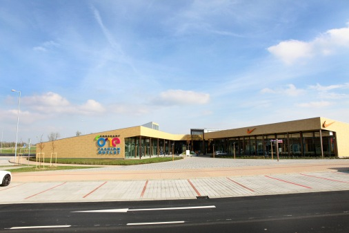 Koncept ONE Fashion Outlet navrhlo londýnske štúdio Holder Mathias Architects. Areál naprojektovalo tak, aby umožnil príjemný celodenný pobyt celých rodín. Za prevádzku prvého outletového centra na Slovensku je zodpovedná spoločnosť Freeport, ktorá patrí kpopredným prevádzkovateľom outletov vEurópe.