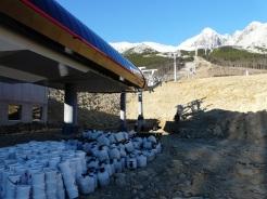 Nová 15-miestna gondola na Štarte v Tatranskej Lomnici preváža počas záťažových testov vo svojich kabínach 25 kg bandasky s betónom. Celková záťaž, ktorú musí lanovka zvládnuť počas dňa je 19,2 tony.