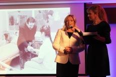 Uvedenie kalendára do života sprevádzala moderátorka Jarmila Hargašová, na fotografii s Ivetou Radičovou.