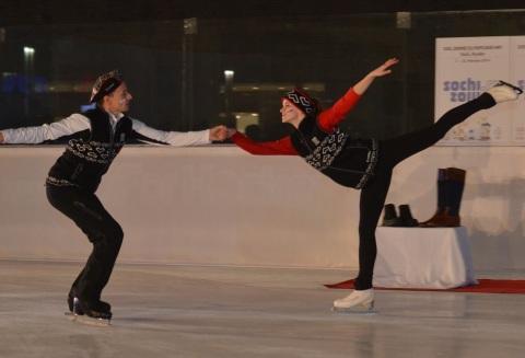 Na Olympic Fashion Show on Ice oblečenie predvádzali aj poprední krasokorčuliari - olympionik zo Salt Lake City 2002 Jozef Beständig a účastníčka európskeho olympijského festivalu mládeže v Brašove Bronislava Dobiášová.