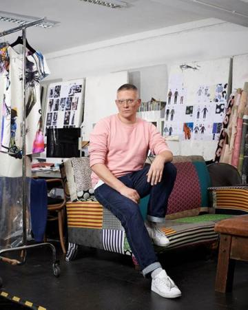 Giles Deacon je slávny módny dizajnér, ktorý obohatil svet svojimi hravými návrhmi, vyvolávajúcimi na prehliadkach dlhotrvajúci potlesk.