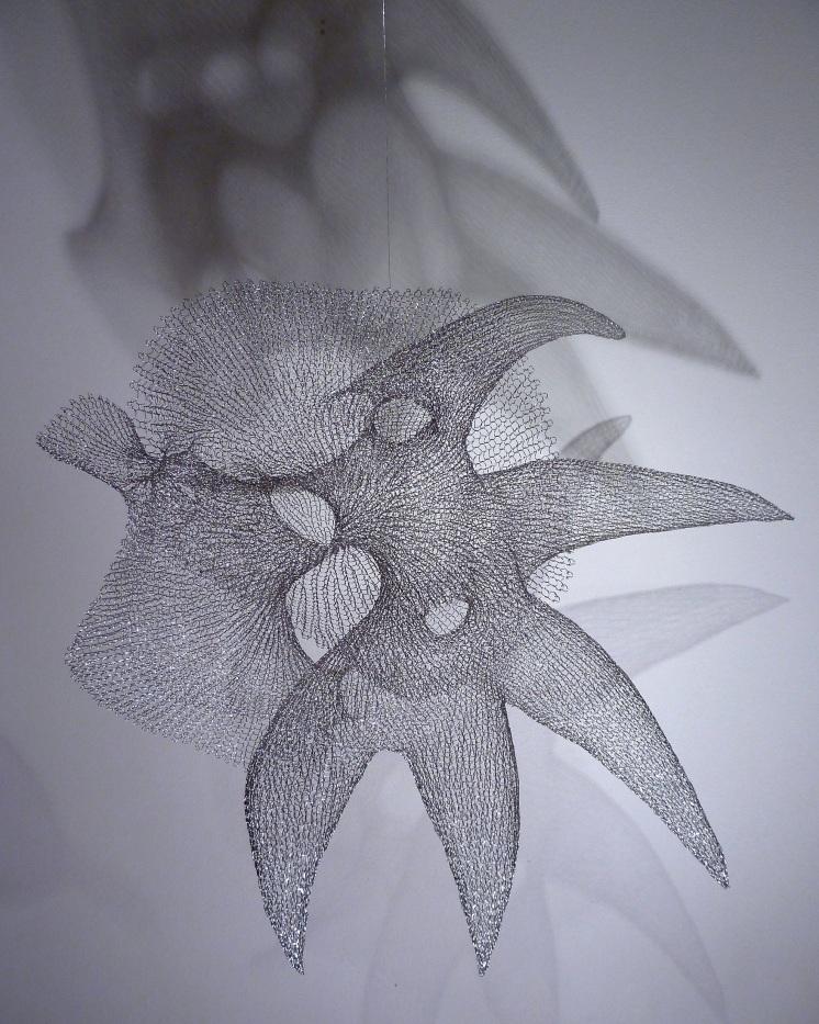 Blanka Šperková: Drôtené rozmary. Autorka si vyvinula vlastnú techniku pletenia drôtenej siete prstami. Jednoduchá slučka jej dovoľuje vytvárať rozmanité skulptúry ašperky, často aj s humorných podtextom.