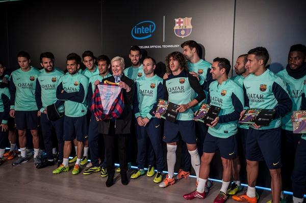 Nové dresy boli po prvýkrát verejne predstavené dnes v tréningových priestoroch klubu prezidentom FC Barcelona, pánom Sandro Rosellom a hráčmi klubu Gerardom Pique a Carlesom Puyolom.