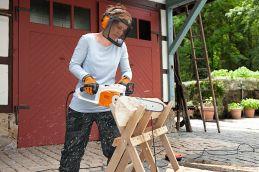 Prácu s elektrickou pílou STIHL MSE 190 C-BQ - trebárs prípravu dreva na zimu - zvládne aj žena.