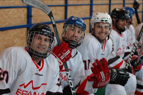 Bramac Cup sa uskutočnil na hokejovom štadióne v Brezne a zúčastnili sa na ňom najmä pokrývači z celého Slovenska. Vyhral biely tím zložený zo zástupcov spoločnosti Bramac a partnerov z Nitry a Nových Zámkov.