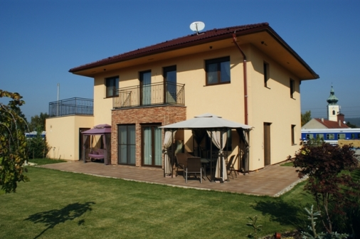 Rodinný dom - Wolfstahl. Štátna podpora na bývanie sa v Rakúsku pohybuje od 18 000 do 40 000 Eur, podľa rodinného príjmu a energetických ukazovateľov domu.
