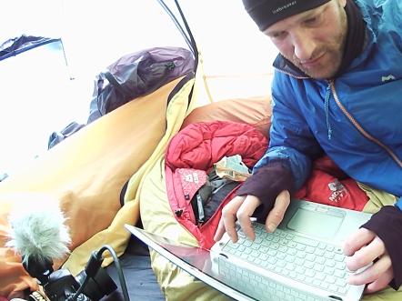 Expedíciu monitorujú s Ultrabookom poháňaným najnovšou technológiou Intel® 4th Generation Core™, ktorá Benovi umožňuje denne z ľadového kráľovstva blogovať.
