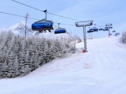 Lyžiarov čaká v Tatrách slnečný víkend aktuálne so snehovou prikrývkou od 30-50 cm prírodného aj technického snehu.