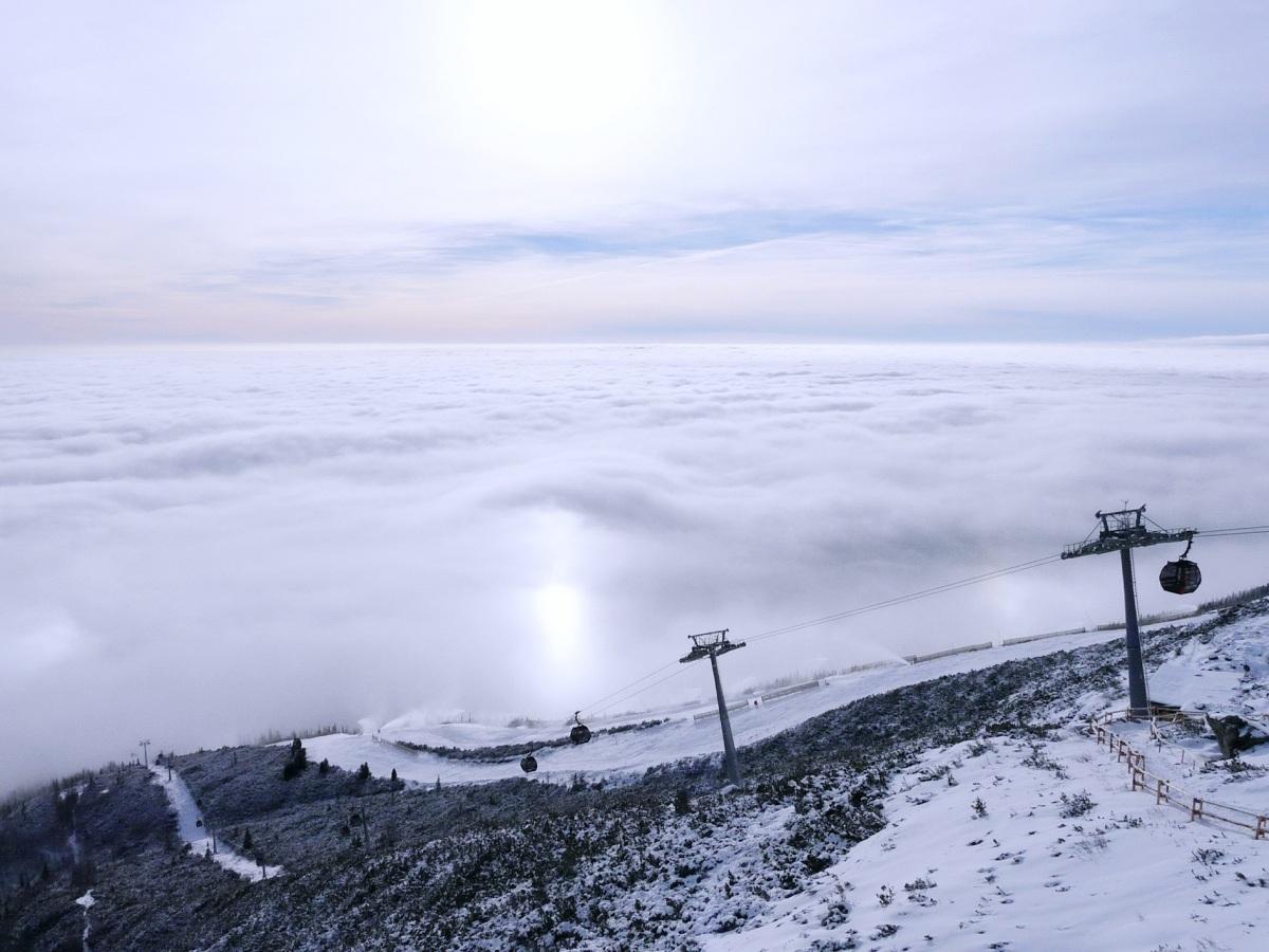 Tatranská Lomnica otvára novú zjazdovku zo Skalnatého plesa, lyžiari si vyskúšajú novú obnovenú červenú zjazdovku Esíčka (FOTO)
