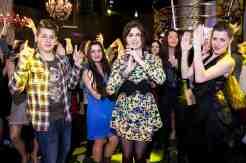 Celeste Buckingham sa zabáva v klube obklopená stovkami fanúšikov.