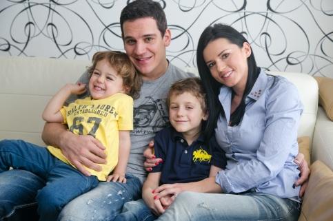 V sérii účinkuje aj Jana Radivojevič, manželka hokejistu Branka Radivojeviča s deťmi.