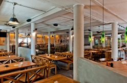 Centrálna klubovňa s 500 miestami na sedenie je najväčšou reštauráciou a pivárňou v Bratislave.