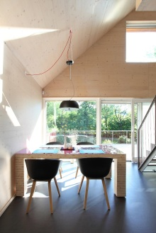 Hlavný obytný priestor prízemia sa nesie v duchu trendového prepojenia obývacej izby s kuchyňou a jedálňou, pričom pokračovaním tohto priestoru je terasa, ktorá dom predlžuje do záhrady cez presklenú stenu.