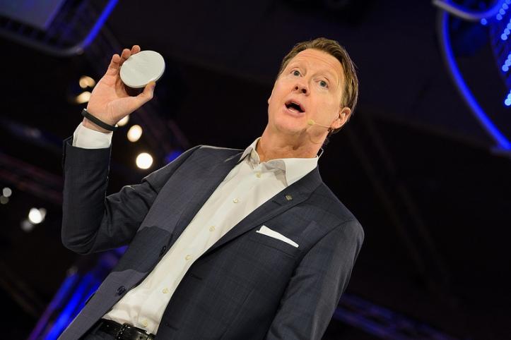 Hans Vestberg, CEO Ericssonu a Ericsson Radio Dot predstavuje na MWC 2014 zariadenie, ktoré pomôže zosilniť kvalitu mobilného signálu vo vnútri budov.