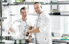 Jozef Breza a Tomáš Tejbus vedú kuchyňu v Grand Restaurant v Grand Hoteli Kempinski vo Vysokých Tatrách.
