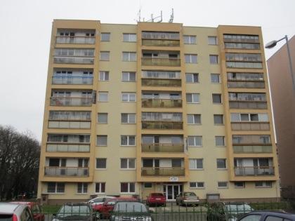 Bytový dom na Nobelovej ul. 26 v Bratislave bol obnovený v roku 2006, avšak nekvalitná práca si vyžiadala opätovnú obnovu fasády už v roku 2013.