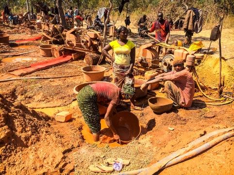 V takýchto predpotopných podmienkach pracujú hľadači zlata v africkej krajine Guinea.