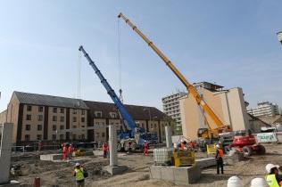 Dvadsaťdva metrov dlhý a 17,5 ton vážiaci stĺp bude slúžiť ako nosná časť južnej tribúny.