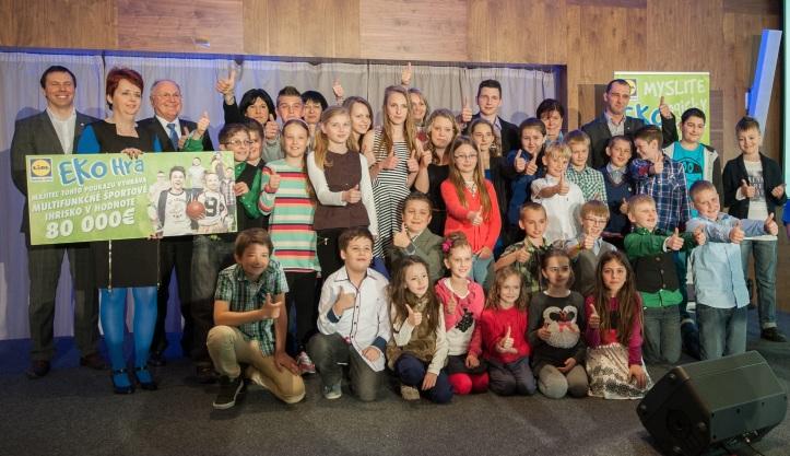 Absolútnym víťazom súťaže Ekohra sa stala Základná škola smaterskou školou vTrnave - Modranke, ktorá odovzdala bezmála 195000 plastových fliaš od nápojov.