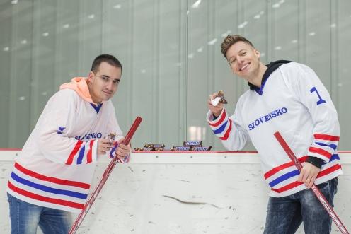 Hokeju fandia aj známi superstaristi Thomas Puskailer a Jakub Petraník. Počas zimy ich možno občas vidieť na ľadovej ploche a častejšie pred televíznou obrazovkou.